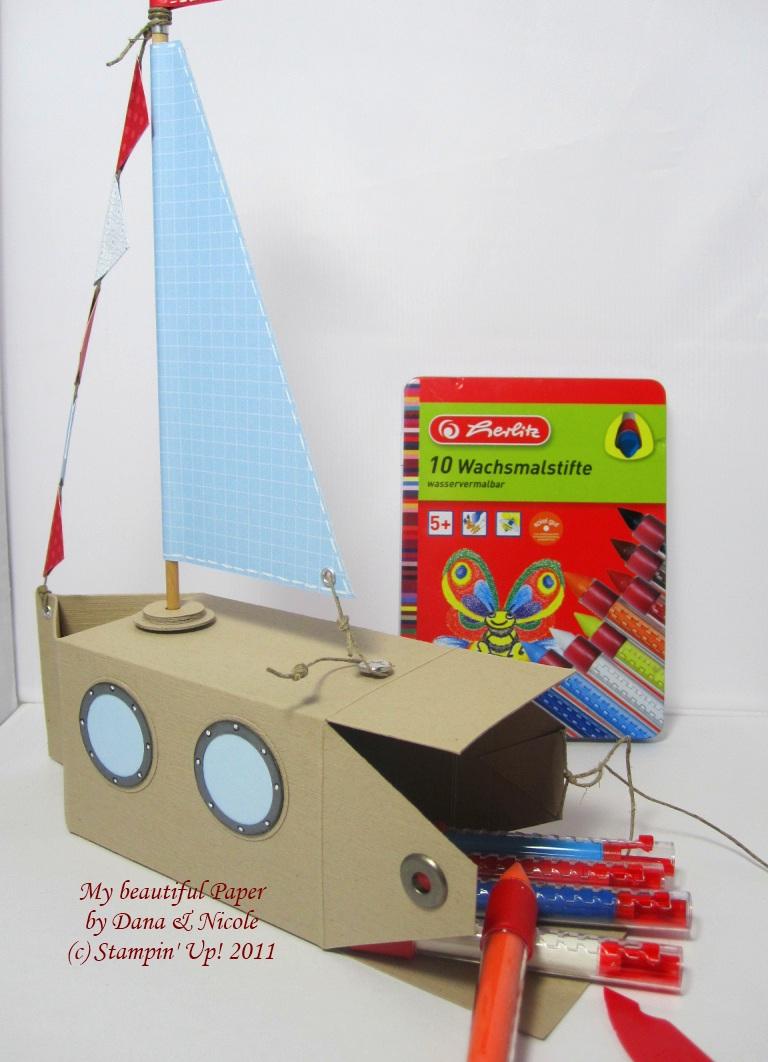Boot mit Wachsmalstiften beladen